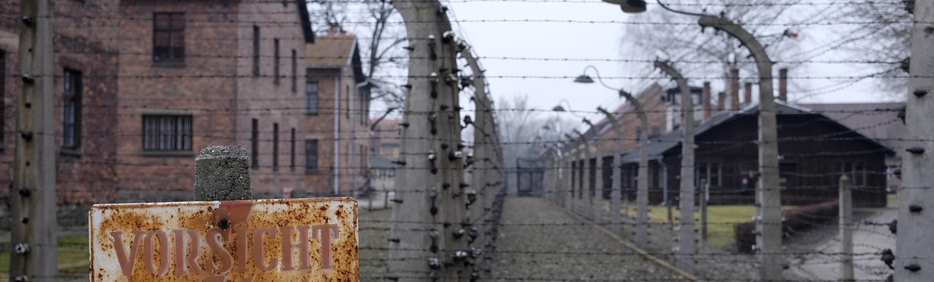 Resultado de imagem para Por que falar sobre Auschwitz não pode ser um tabu