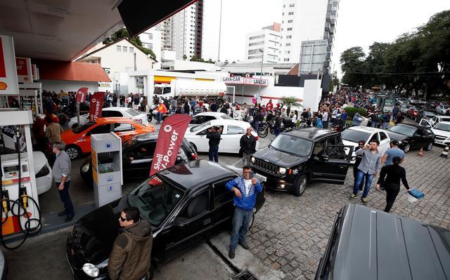 Filas em posto de gasolina de Curitiba, no sábado (26)