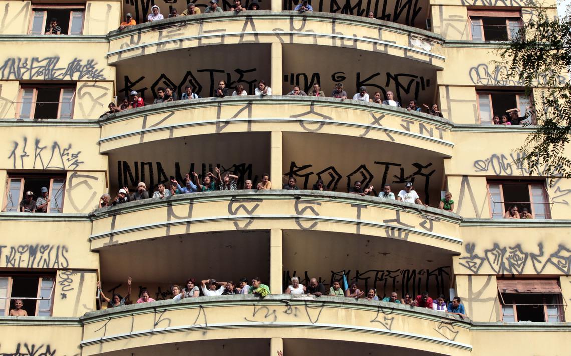 Membros do MTST protestam contra despejo de hotel ocupado no centro de São Paulo, em 2010