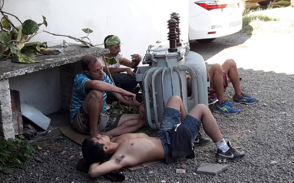 Presos flagrados algemados em um transformador a óleo em pátio de uma delegacia em São Leopoldo (RS)