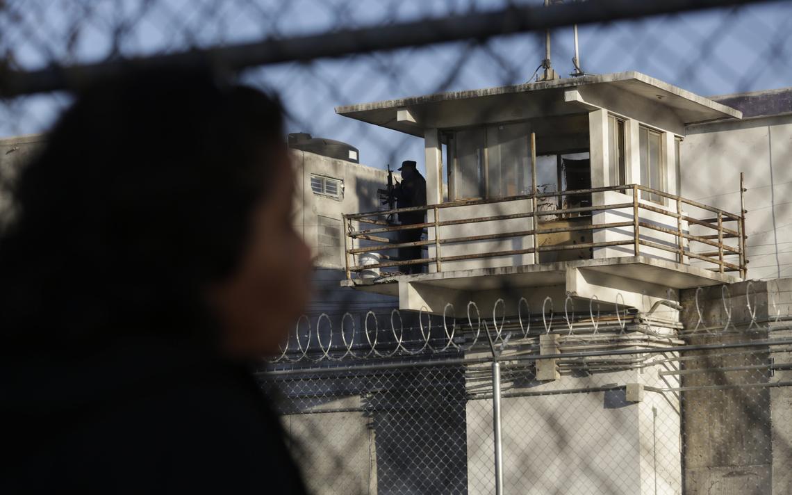Guarda em torre de vigilância na prisão de Topo Chico
