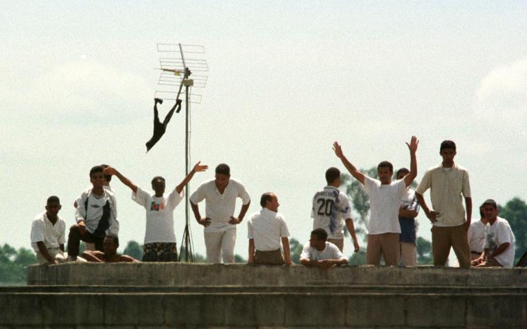 Prisioneiros em rebelião na Casa de Detenção de Sorocaba, em 1997