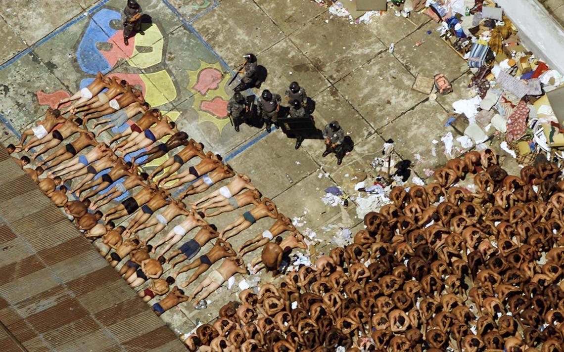 Policiais ao lado de prisioneiros após a rebelião de 2001 do Carandiru, em São Paulo