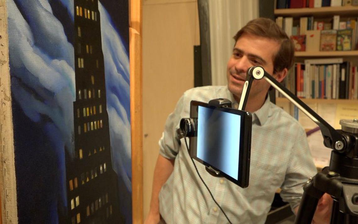 Professor Oliver Cossairt, da Universidade Northwestern, demonstra uso de aplicativo que identifica sabões metálicos em obras de arte