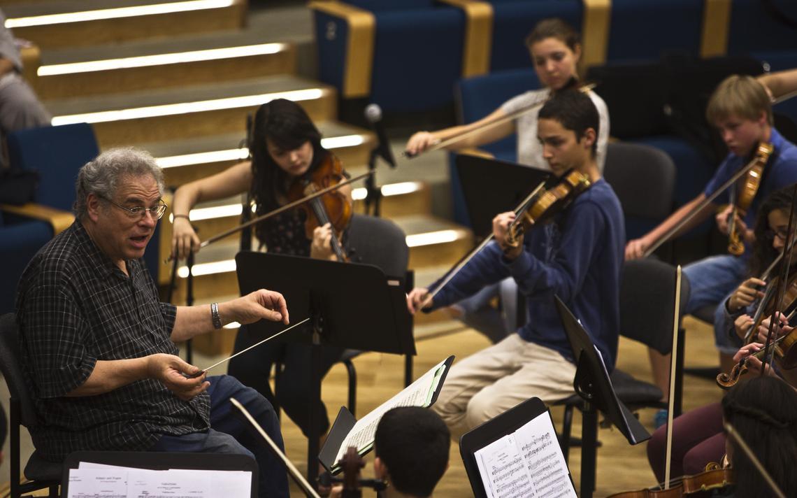 Violinista israelense Itzhak Perlman ensaia com alunos em evento do Conservatório de Música de Tel Aviv, em 2014