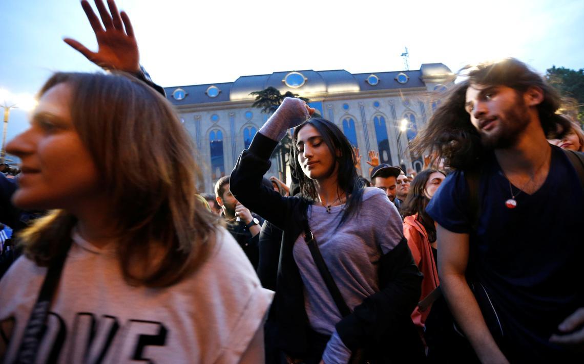 Manifestantes dançam em protesto em frente ao Bassiani