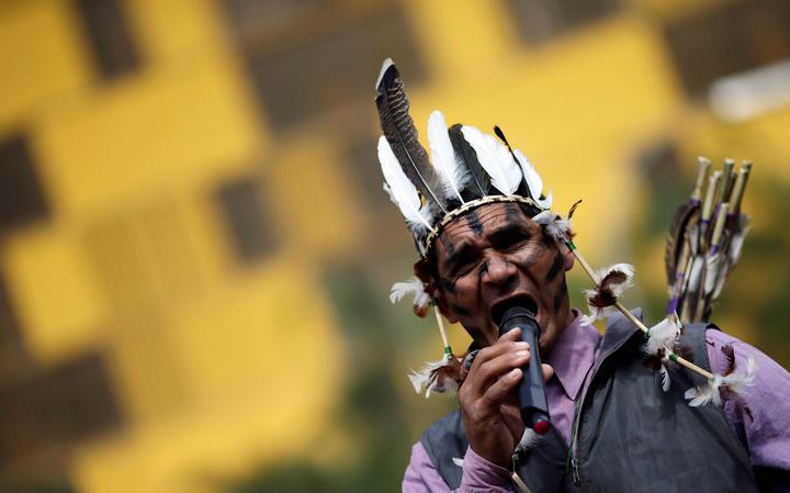 Indígena protesta em frente à Câmara contra relatório da CPI da Funai