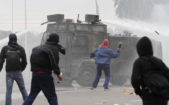 Polícia e manifestantes no Chile