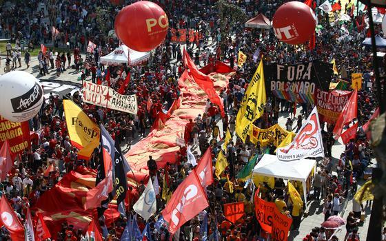 Oposição também vai às ruas e faz panelaços contra governo