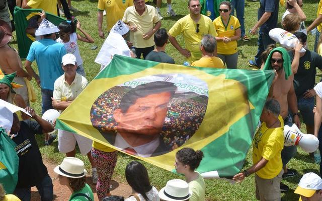 Grupo segura faixa com foto do juiz Sérgio Moro