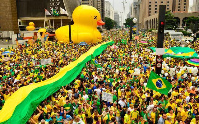 Manifestantes tomam a avenida Paulista no quinto grande ato contra Dilma