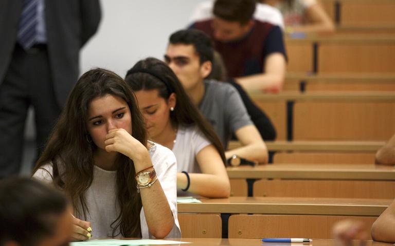 Estudantes universitários realizam prova à mão em Sevilha, na Espanha