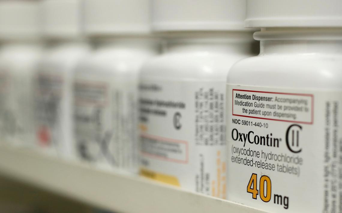 Oxycontin em prateleira de remédios