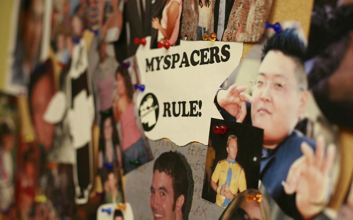 Imagens pregadas em quadro na sede do MySpace, em Los Angeles, em 2008