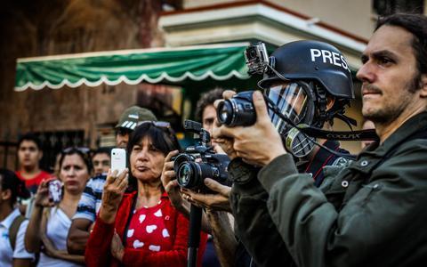 Quais as características do jornalismo financiado coletivamente no Brasil