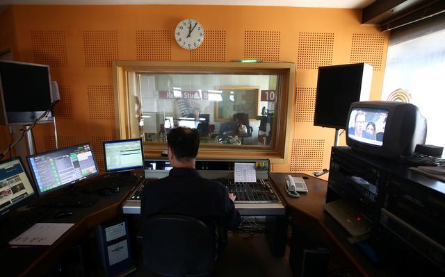 Homem trabalha em rádio na Sérvia, em 2017