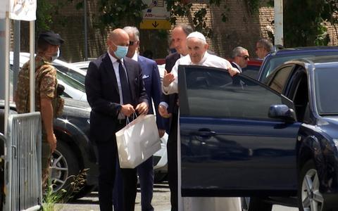 Papa Francisco recebe alta e deixa hospital após cirurgia