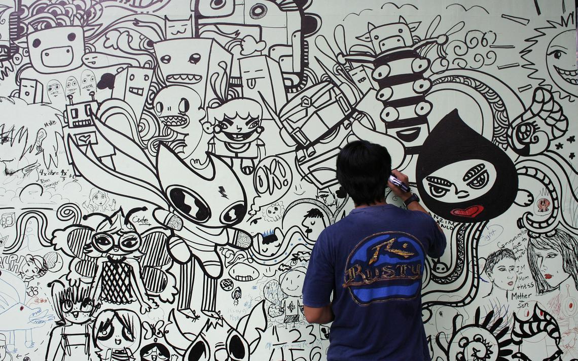 Visitante faz 'doodle' em parede de festival de arte nas Filipinas