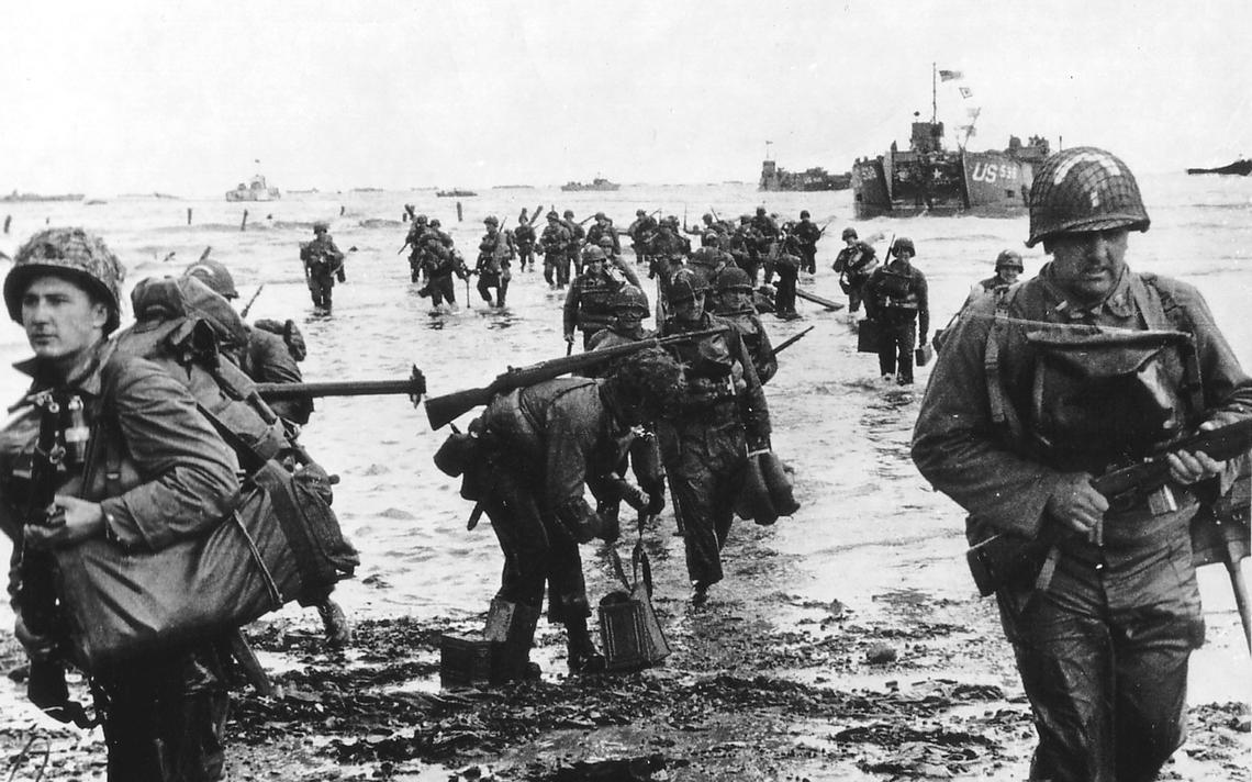 Militares americanos desembarcam na praia de Omaha, na costa da Normandia
