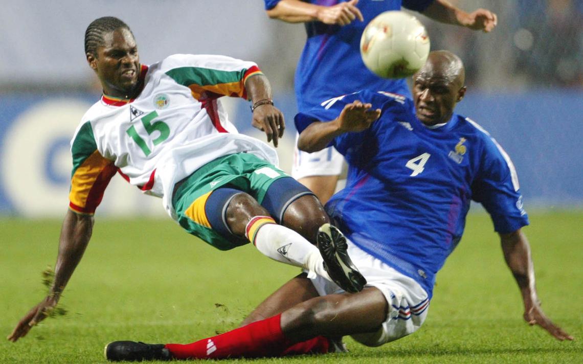 Jogadores em disputa entre Senegal e França na Copa de 2002