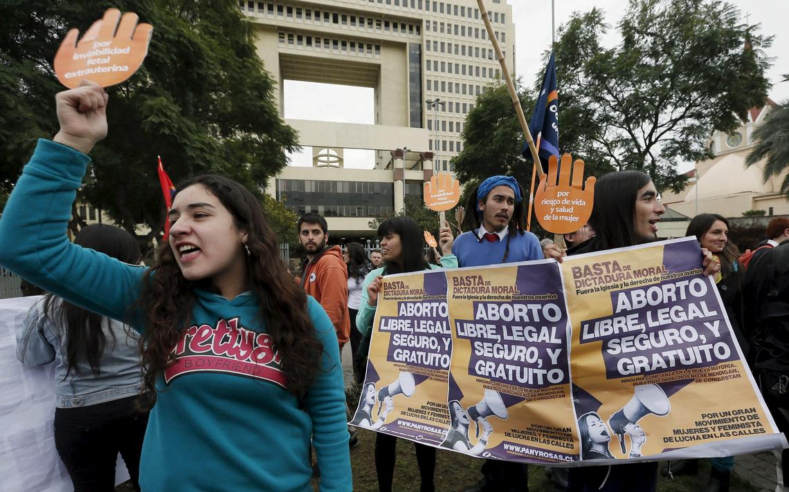 No Chile, manifestantes pela descriminalização do aborto protestam em frente ao Congresso Nacional. O aborto no país é completamente ilegal em qualquer circunstância
