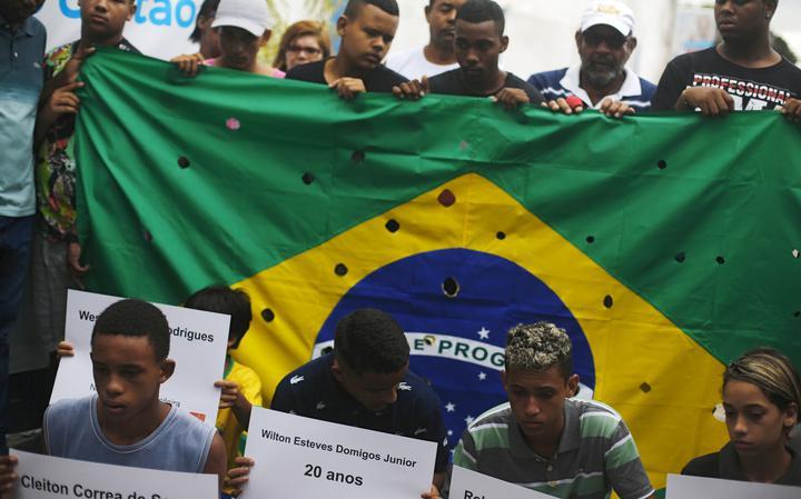 Protesto após assassinato de cinco jovens por PMs em Costa Barros, no Rio de Janeiro, em novembro de 2015