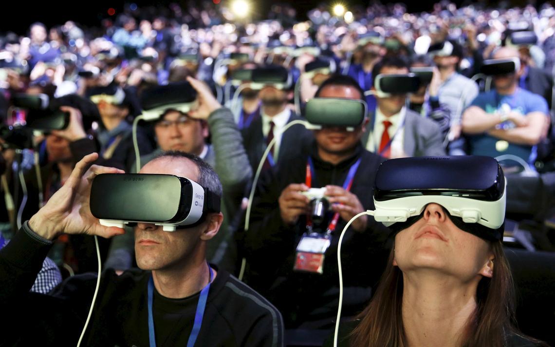 Público testa equipamento de realidade virtual da Samsung