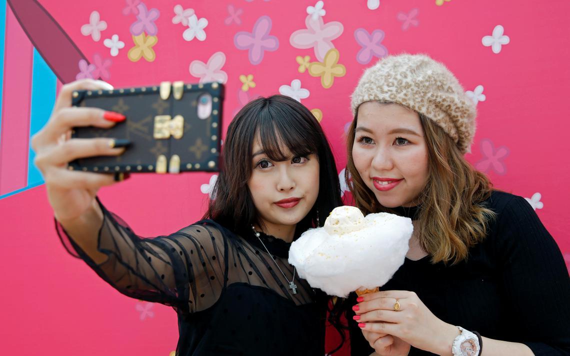 Mulheres tiram selfie em Tóquio, no Japão
