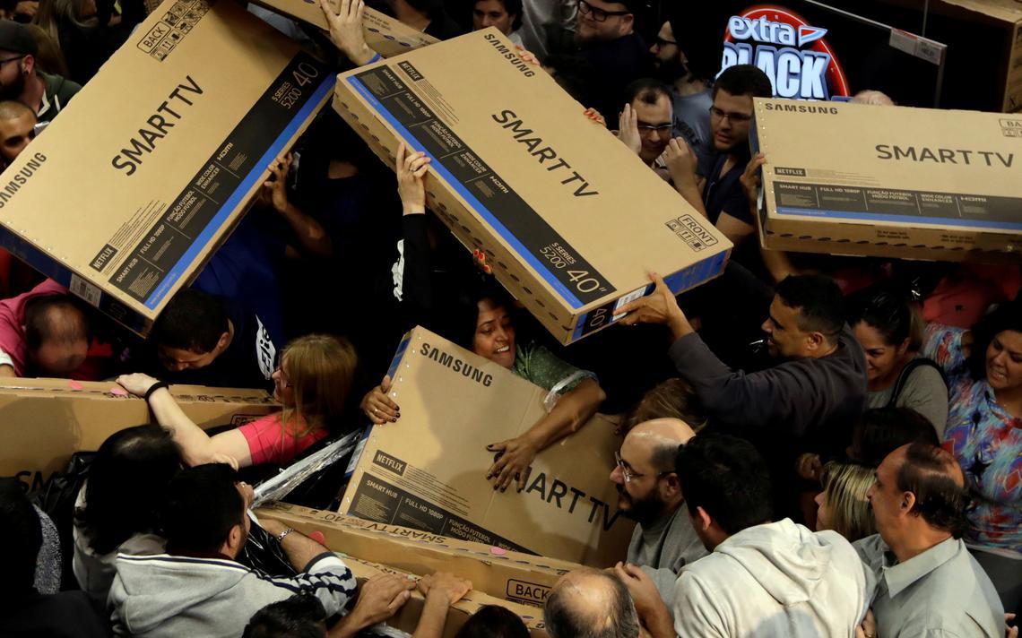 Consumidores tentam comprar televisões em São Paulo