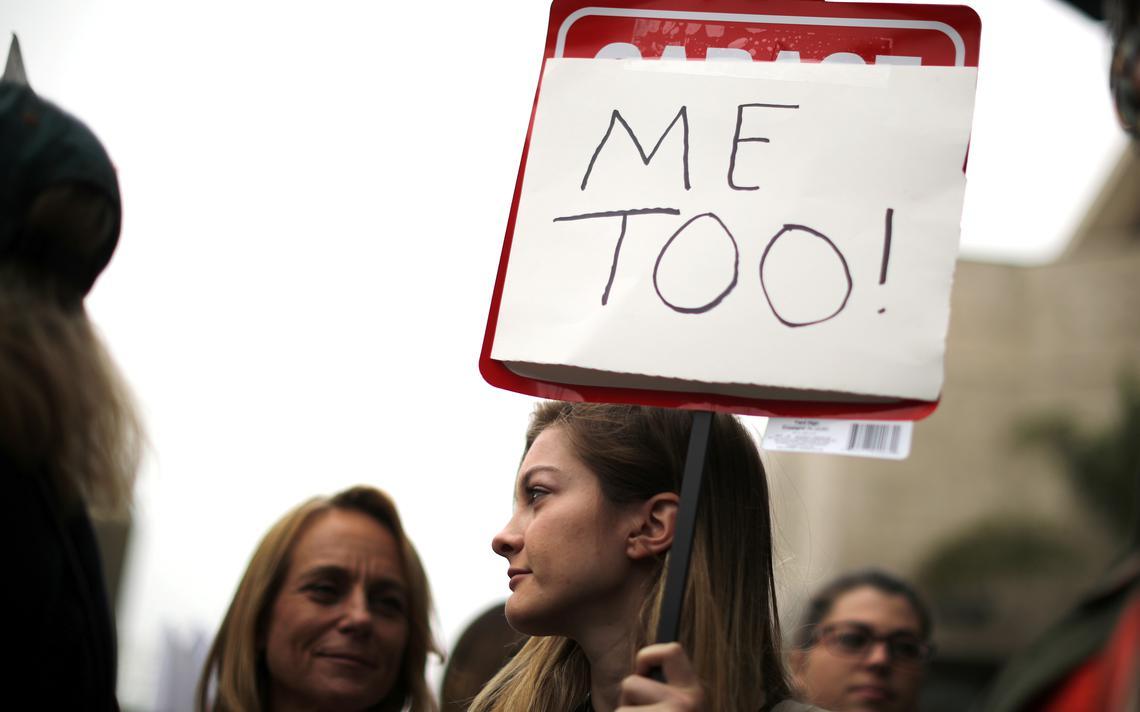 Mulher com placar do #MeToo durante protesto em Los Angeles