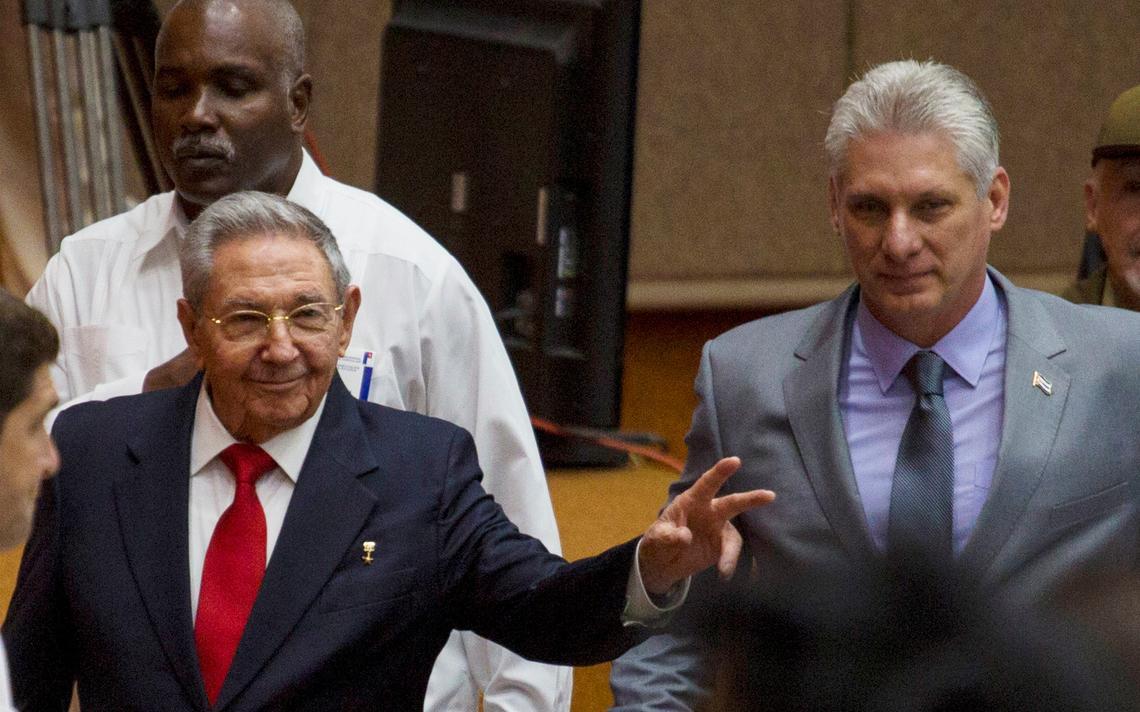 Raúl Castro acena em sessão da Assembleia Nacional, ao lado do seu sucessor Díaz-Canel.