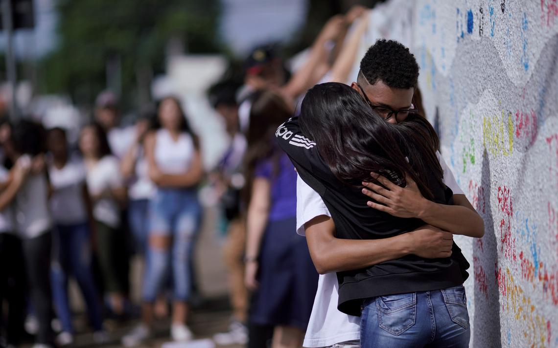 Alunos choram em tributo às vítimas do massacre na Raul Brasil, em Suzano, em março de 2019