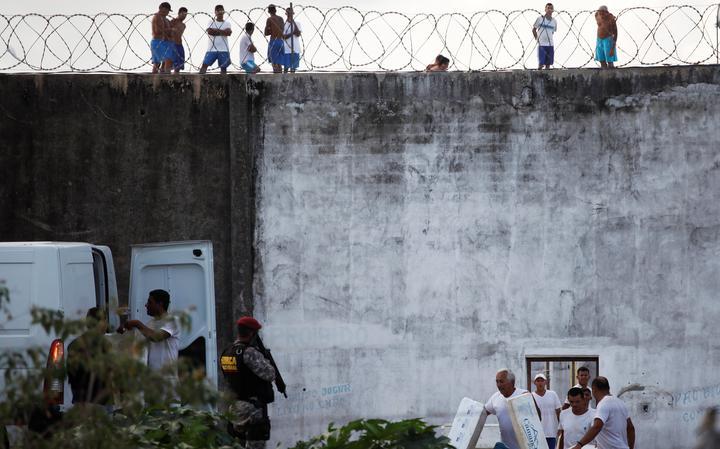 Prisioneiros recebem refeições durante rebelião no presídio de Alcaçuz, Natal, em janeiro de 2017