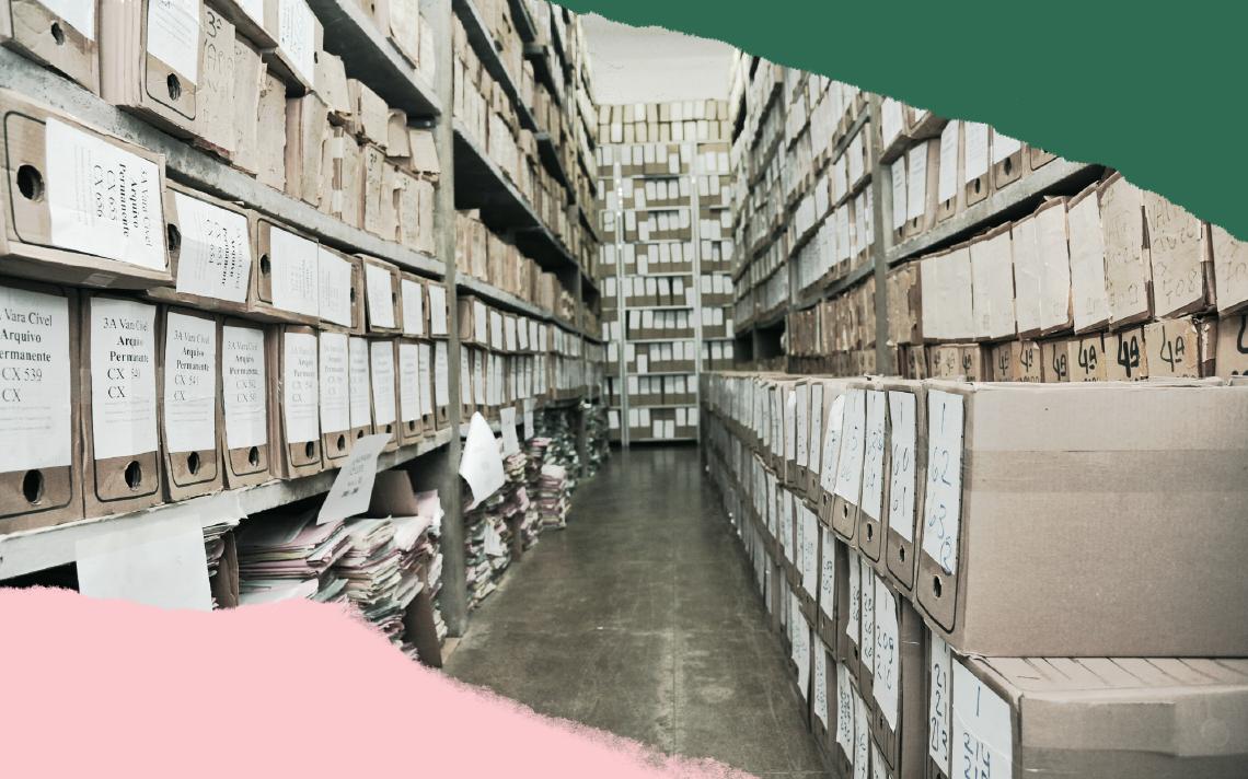 Um arquivo de pastas cheias e entulhadas aparece em cores cinzas. Há uma faixa verde e outra rosa que cortam os cantos da imagem