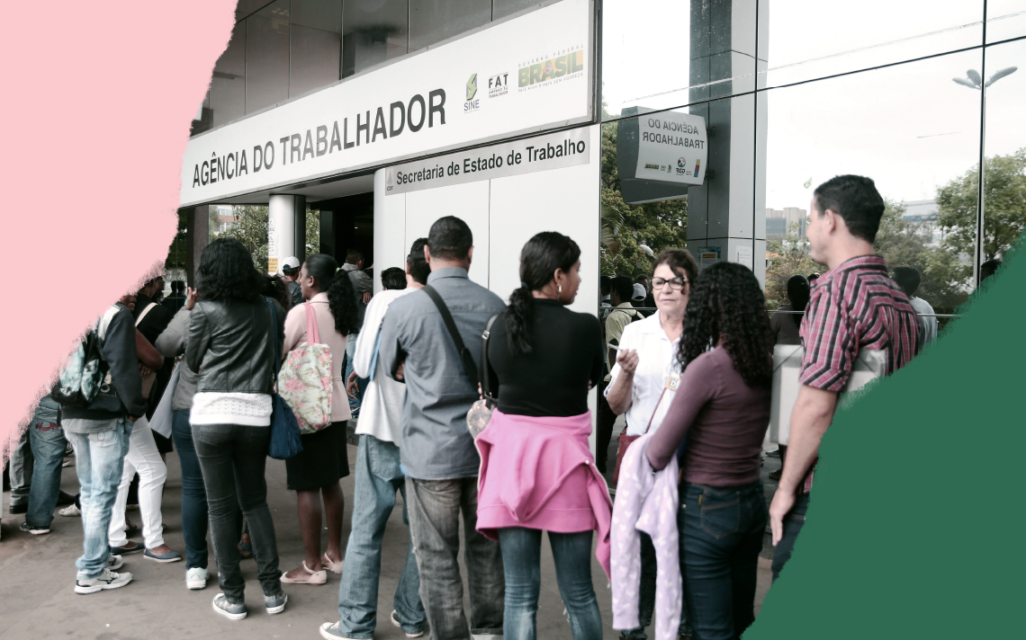Pessoas fazem fila em frente a agência do trabalhador em Brasília. Do lado direito da imagem, há uma faixa verde escura que corta a borda inferior direita. A borda superior esquerda é rasgada por uma faixa rosa clara.