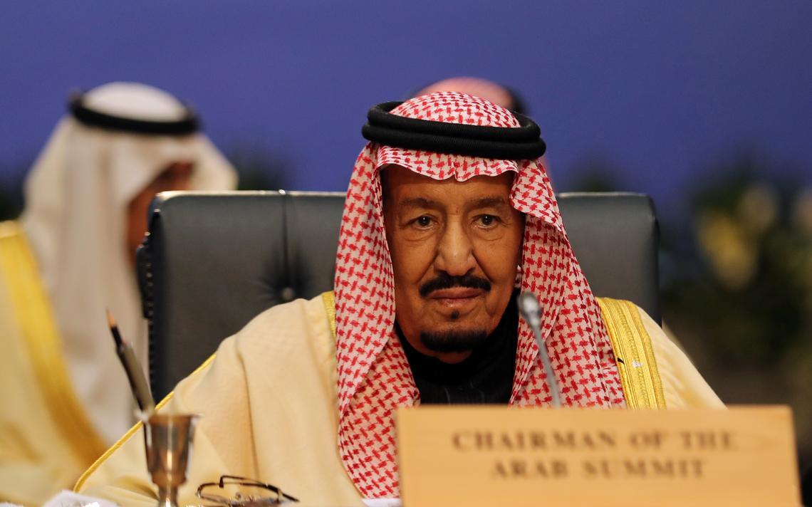 Rei Salman sentado à mesa durante reunião de cúpula.