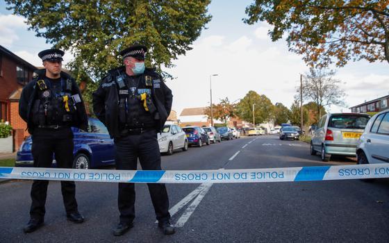 Parlamentar britânico é morto a facadas dentro de igreja