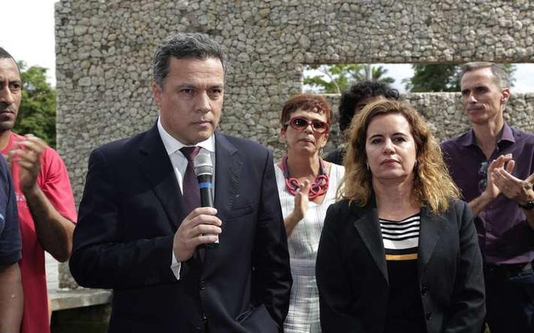 Reitor da UFMG, Jaime Ramírez, e vice-reitora Sandra Goulart Almeida em ato contra ação da Polícia Federal