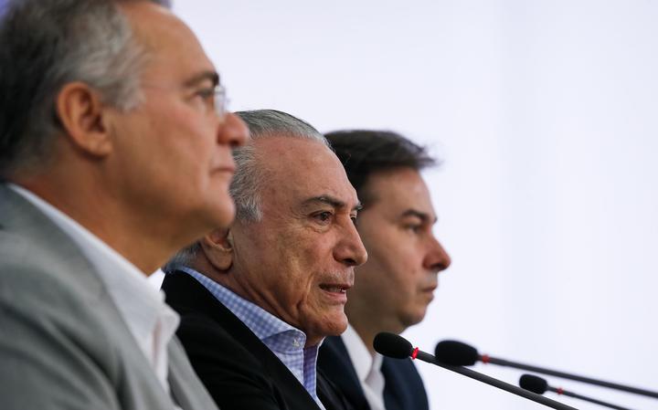 Presidente Michel Temer, entre Renan Calheiros e Rodrigo Maia