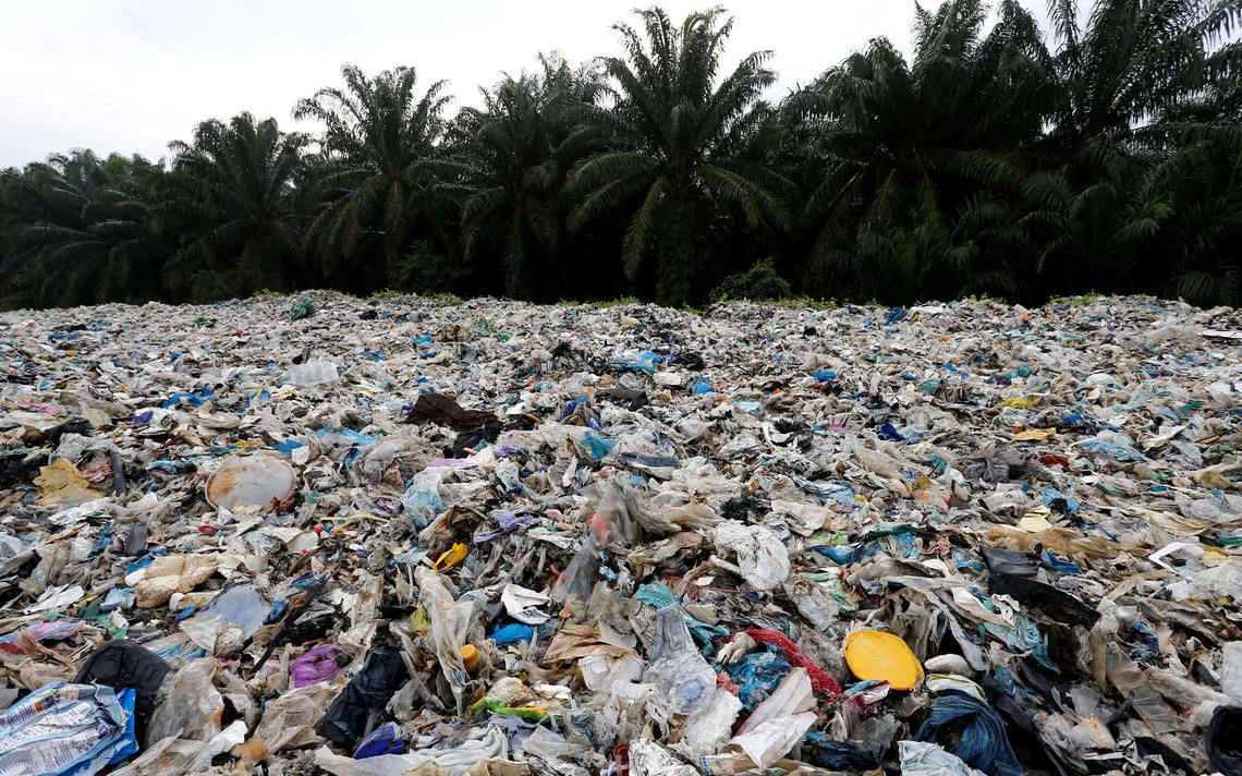 Resíduos plásticos em um ponto ilegal de reciclagem na Malásia