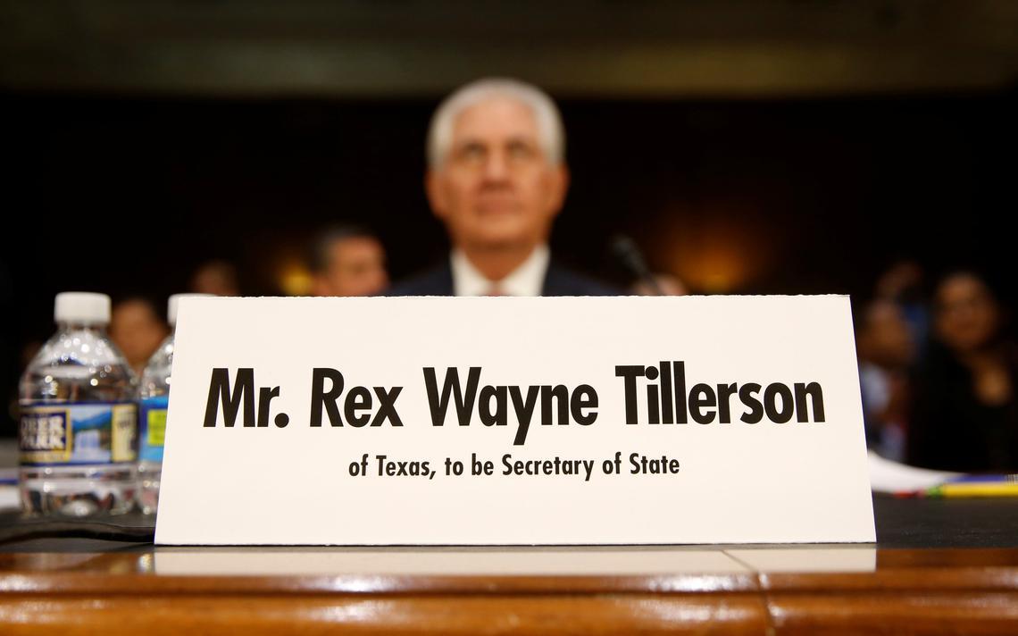 Sabatina do Senado com Rex Tillerson. Em primeiro plano, placa com o nome do indicado, e atrás, desfocado, Tillerson olha para frente.