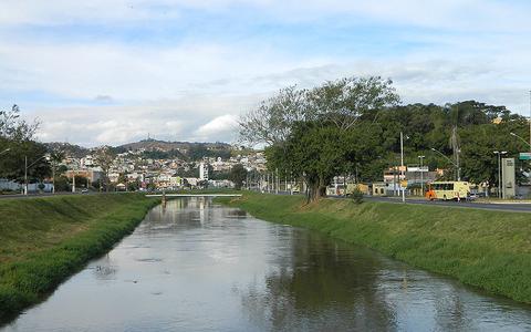Como a indústria metalúrgica deixa águas de rios impróprias para consumo em Minas Gerais