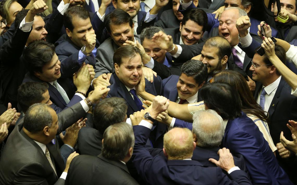 Ao centro, o deputado federal Rodrigo Maia comemora a sua reeleição para a Câmara dos Deputados junto a aliados