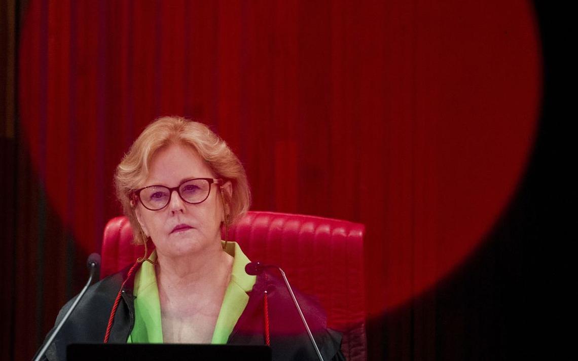 Rosa Weber sentada em sua cadeira no plenário do TSE.