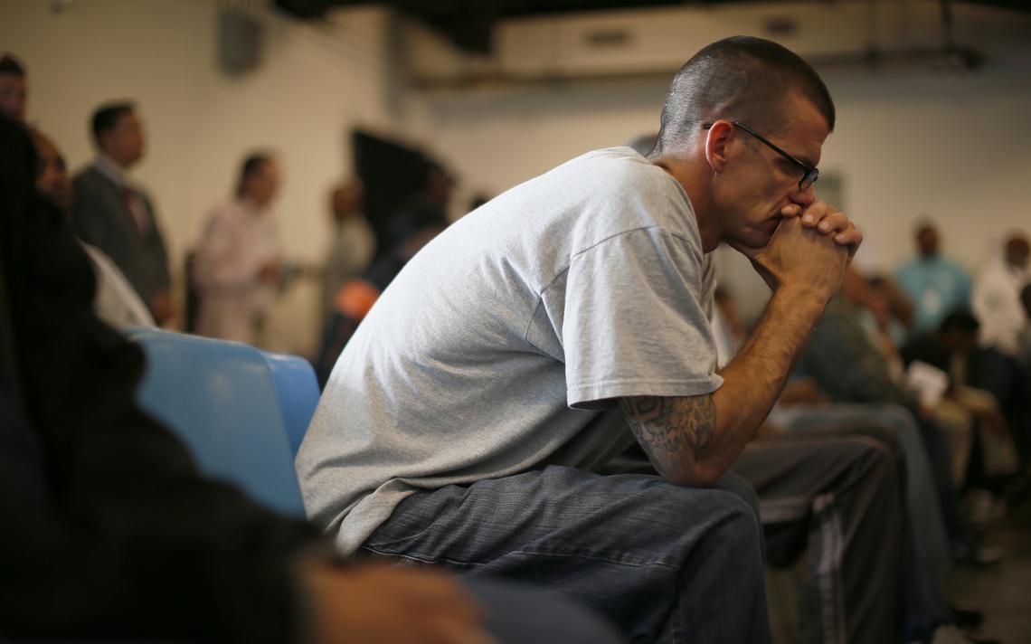Um veterano de guerra americano ouve discurso em 2013, em um abrigo para veteranos em Los Angeles