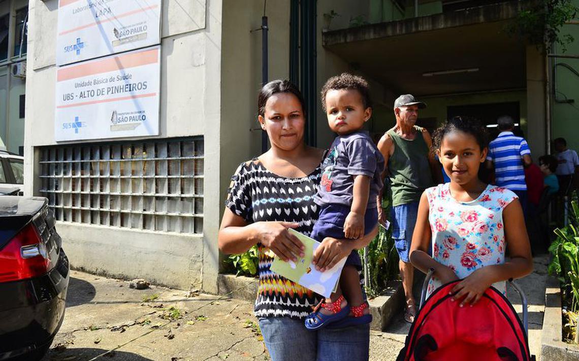 Regiane Vieira da Silva, de 30 anos, em Unidade Básica de Saúde em São Paulo, durante campanha de vacinação, em 2016
