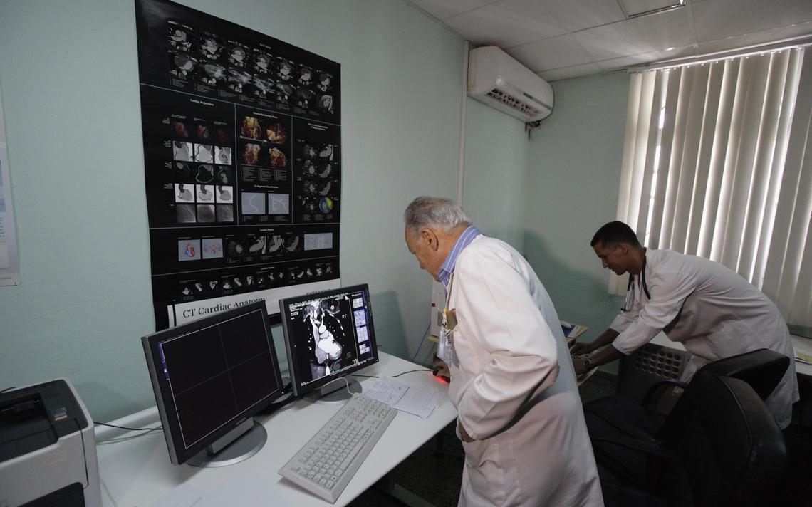 Médicos trabalham na seção de tomografia em um centro de cardiologia de hospital em Havana