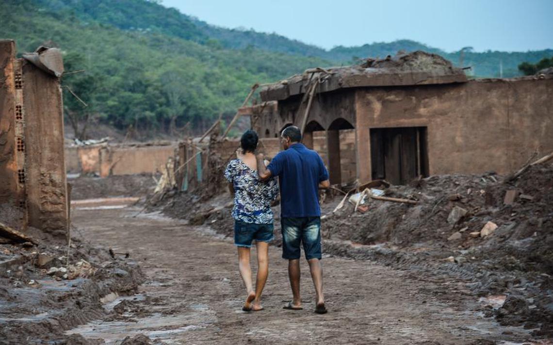 Moradores buscam pertences em Mariana