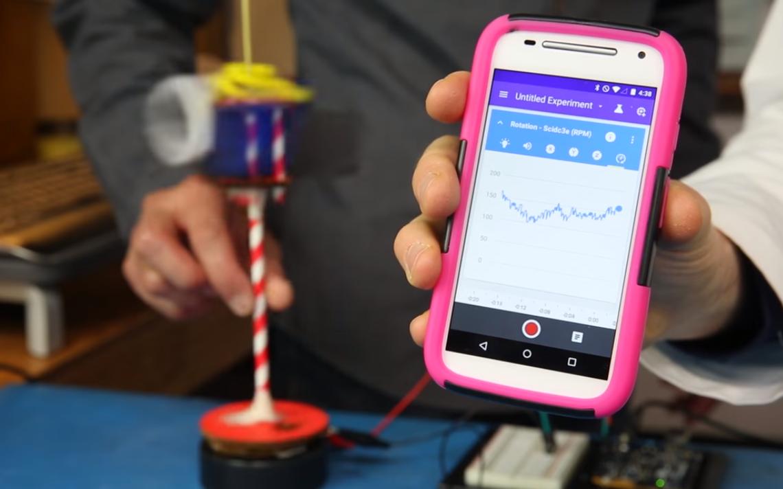 Smartphone com o Science Lab enquanto mede a velocidade com que um catavento da SparkFun Electronics roda