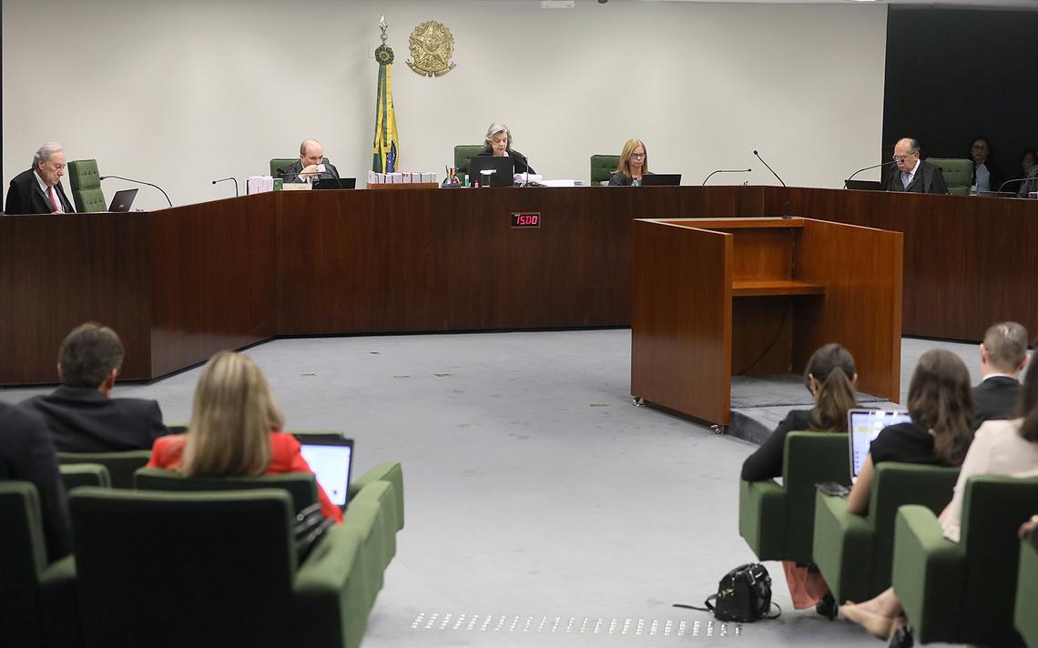 Cármen Lúcia, Gilmar Mendes e Edson Fachin em sessão de julgamento na 2ª Turma do Supremo. Há público presente acompanhando a sessão.